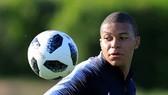 Kylian Mbappe trên sân tập cùng tuyển Pháp,