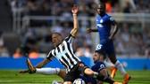 Gary Cahill (phải, Chelsea) phạm lỗoi với tiền đạo Dwight Gayle (Newcastle).
