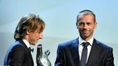Chủ tịch UEFA Aleksander Ceferin trao giải Cầu thủ xuất sắc nhất Champions League 2017-2018 cho Luka Modric.