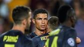 Ronaldo đã bật khỏc khi rời sân