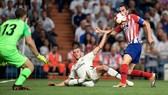 Gareth Bale (giữa) dính chấn thương trong trận hòa Atletico Madrid.