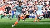 Eden Hazard ung dung ghi bàn từ 12 thước