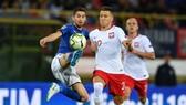 Tiền vệ Jorginho (trái, Italia) tranh bóng với Ba Lan