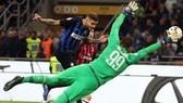 Mauro Icardi đánh đầu tung lưới Milan.