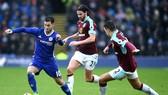 Eden hazard cvượt qua các hậu vệ Burnley