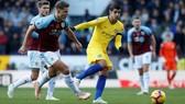 Alvaro Morata (giữa) ghi bàn sớm cho Chelsea