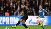 Kylian Mbappe ghi bàn trong trận gặp Napoli