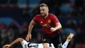 Luke Shaw (Man United) vượt qua trung vệ Chiellini (Juventus)