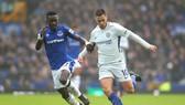 Eden Hazard (phải, Chelsea) đi bóng qua hậu vệ Everton
