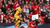 Wilfried Zaha (trái, Crystal Palace) có thể gây so961c cho Man United.