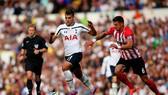 Eric Lamela đi bóng qua hậu vệ Southampton