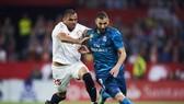 Karim Benzema (phải, Real Madrid) tranh bóng với Gabriel Mercado (Sevilla)