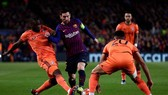 Lionel Messi đánh bại hàng thủ Lyon