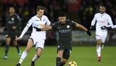 Kun Aguero đi bóng qua hậu vệ Swansea.