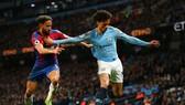 Andy Townsend (Crystal Palace) treanh bóng với Leroy Sane