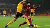 Mo Salah trnah bóng với hậu vệ Wolves.