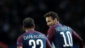 Neymar và Dani Alves luôn bên nhau như hình với bóng