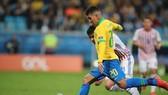 Roberto Firmino sút bóng trước khung thành Paraguay