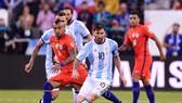 Arturo Vidan (CHilê) và Lionel Messi (Argentina ở chung kết Copa 2016