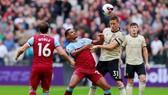Tiền vệ Matic tranh bóng với cầu thủ West Ham