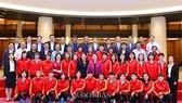Toàn đội tuyển nữ Việt Nam, lãnh đạo VFF chụp ảnh lưu niệm với Chủ tịch Quốc Hội Nguyễn Thị Kim Ngân.