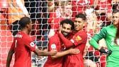 Firmino mừng bàn thắng của Salah.