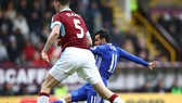Pedro (Chelsea) sút bóng trước Burnley
