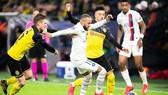 Neymar tung hoàng trước khung thành Dortmund