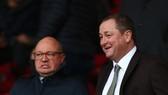 Mike Ashley (phải) vội bán Newcastle với giá 350 triệu euro