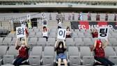 Những mannequin trên khán đài đang gây họa cho FC Seoul.