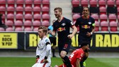 Timo Werner (giữa) ăn mừng bàn thắng