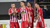 Các cầu thủ Freiburg ăn mừng bàn thắng của Nils Petersen