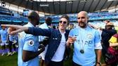 Ca sĩ Noel Gallagher mừng chiến thắng Premier League cùng Pep Guardiola mùa qua