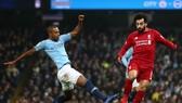 Fernandinho (Man City) cản phá Mo Salah (Liverpool)