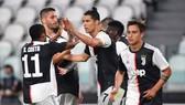 Rionaldo mừng bàn thắng cùng đồng đội