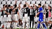 Các cầu thủ Juve ăn mừng chiến thắng
