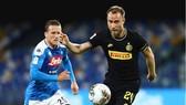 Christian Eriksen (phải, Inter) sẽ cố trả mối hận thua Napoli ở cúp Italia