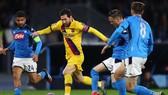 Messi d09i bóng qua hàng thủ Napoli.