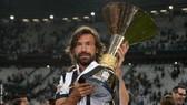 Andrea Pirlo với chiếc Scudetto cùng Juventus
