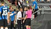 Antonio Conte tranh cãi và nhận thẻ vàng ở Cologne