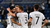 Gundogan (trái) mừng bàn thắng cùng đồng đội