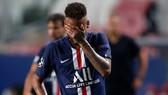 Neymar rời sân trong đau đớn