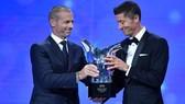 Robert Lewandowski nhận giải thưởng Cầu thủ xuất sắc nhất trong năm