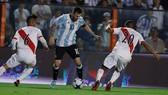 Leo Messi dẫn dắt Argentina vượt qua Peru ổ Lima