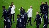 HLV Didier Deschamps và tuyển Pháp trên sân tập