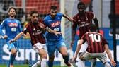 Bonaventura đi bóng trước hàng thủ Napoli