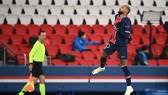Neymar ghi hattrick, giúp PSG giành vé đầu bảng