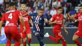 Kylian Mbappe đi bóng trước hàng thủ Nimes