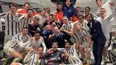 Các cầu thủ Juventus mừng thắng lợi trong phòng thay quần áo