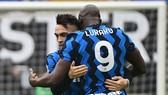 Lautaro Martinez ăn mừng bàn thắng cùng Lukaku.